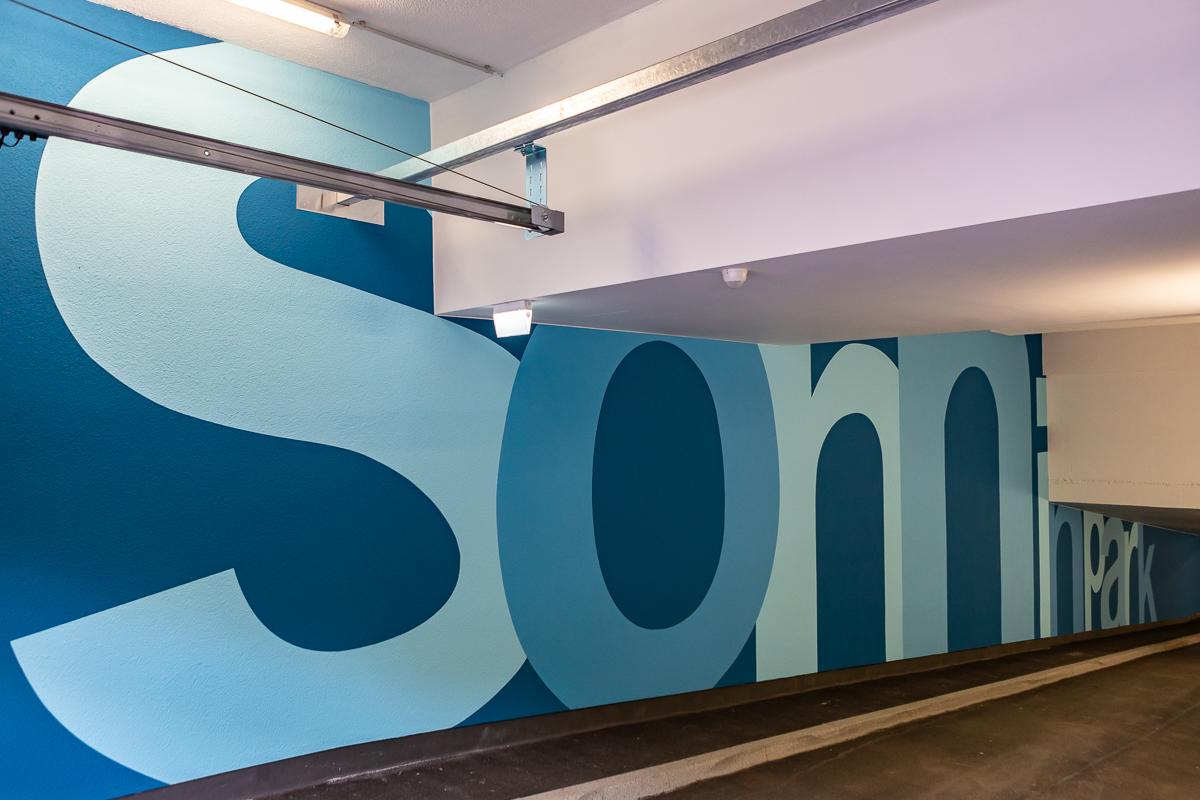 Neues Projekt: acht Meter hohe Wandbeschriftung in der Tiefgarage SonninPark